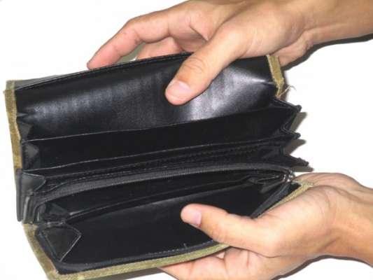 服代にお金がかかりすぎで貧乏